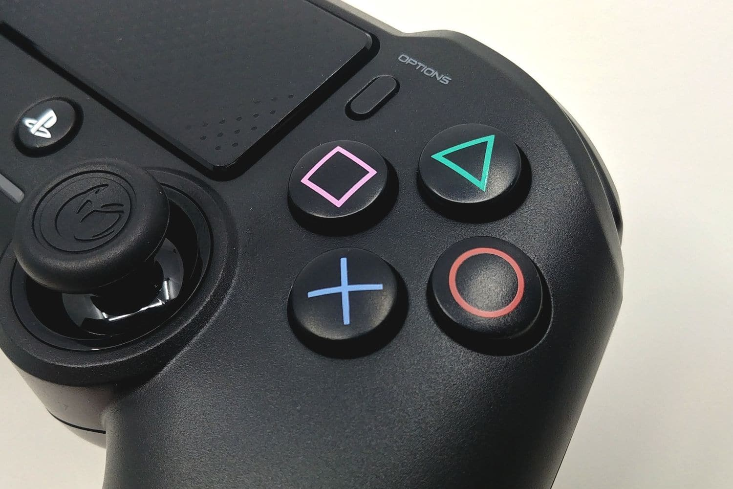 Image 4 : Mini Test : Nacon Asymmetric Wireless Controller, le design Xbox sur PS4