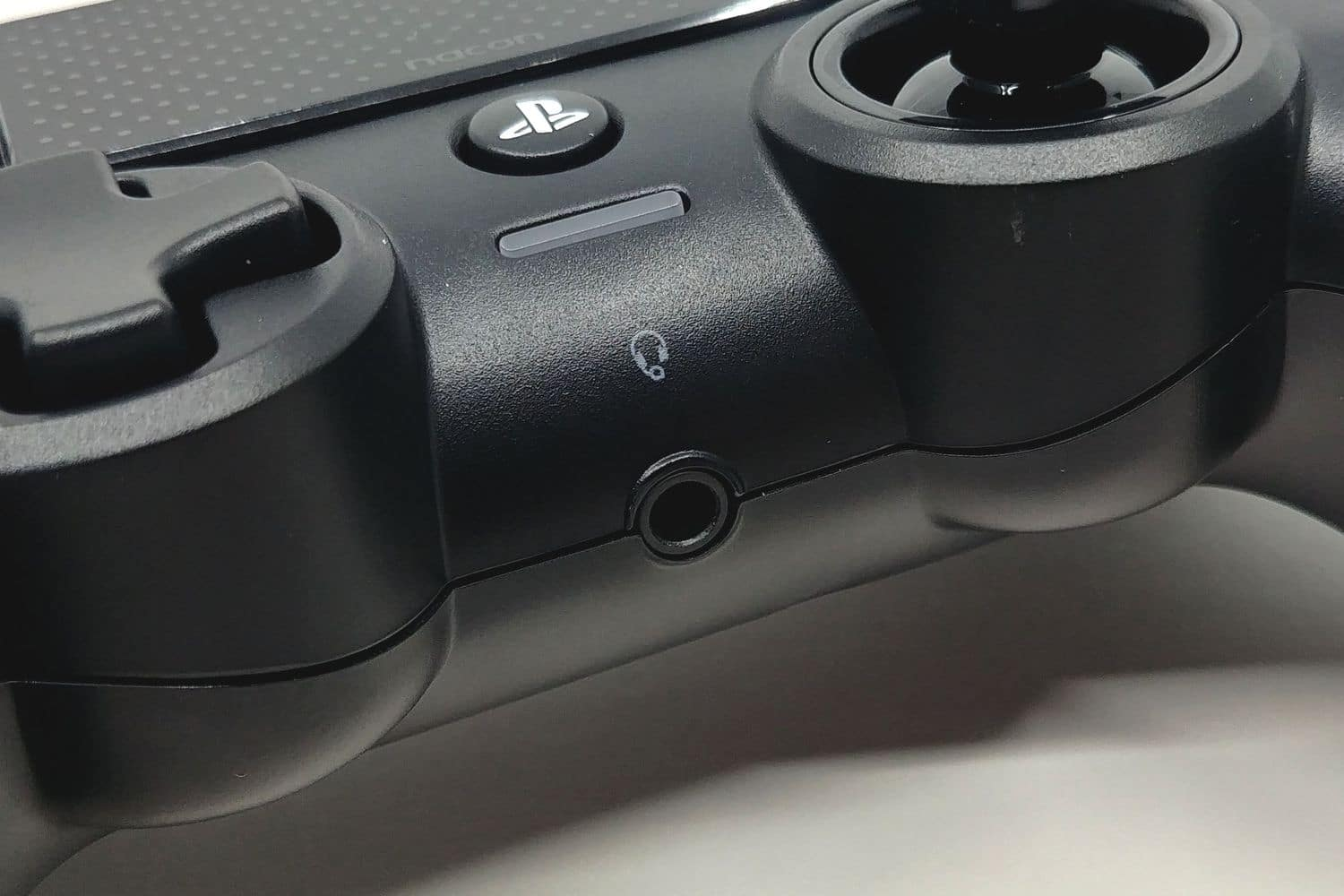 Image 5 : Mini Test : Nacon Asymmetric Wireless Controller, le design Xbox sur PS4